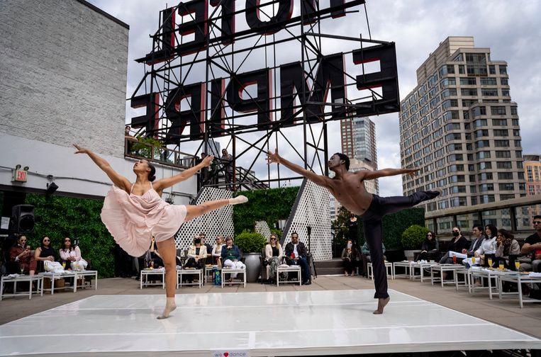 Maggy van den Heuvel met danspartner Amar Smalls tijdens benefietvoorstelling iHeartDance NYC. Beeld Jonathan Breton