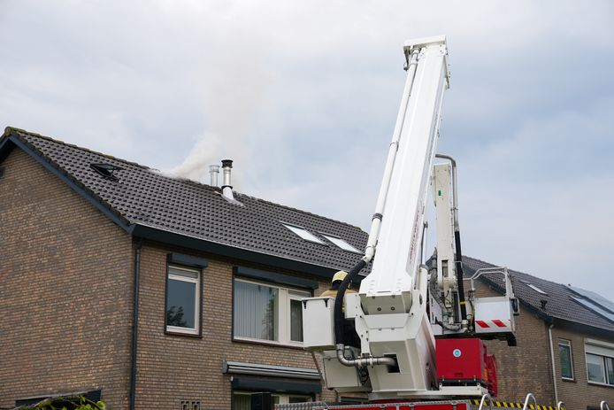 Een zolderbrand woedde donderdagavond aan de Laagstraat in Deursen-Dennenburg