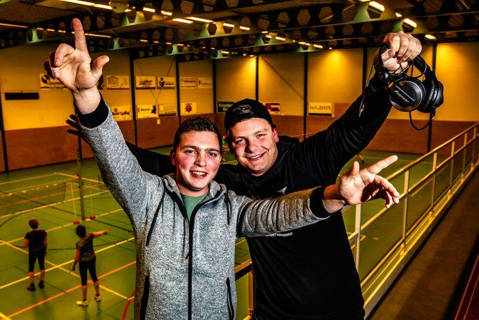 Calvin Klein Overmeen (rechts) en zijn vriend Rick Timmer. Klein Overmeen viert zaterdag 9 februari zijn 5-jarig jubileum als dj met een feest in de sporthal in Heeten.