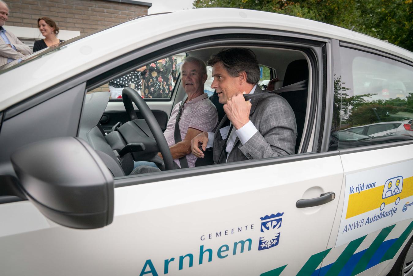 Wethouder Roeland van der Zee maakt als chauffeur de eerste officiële rit van het vervoersproject AutoMaatje in Arnhem. Hij brengt Tonny van Heumen naar dienst bestemming.