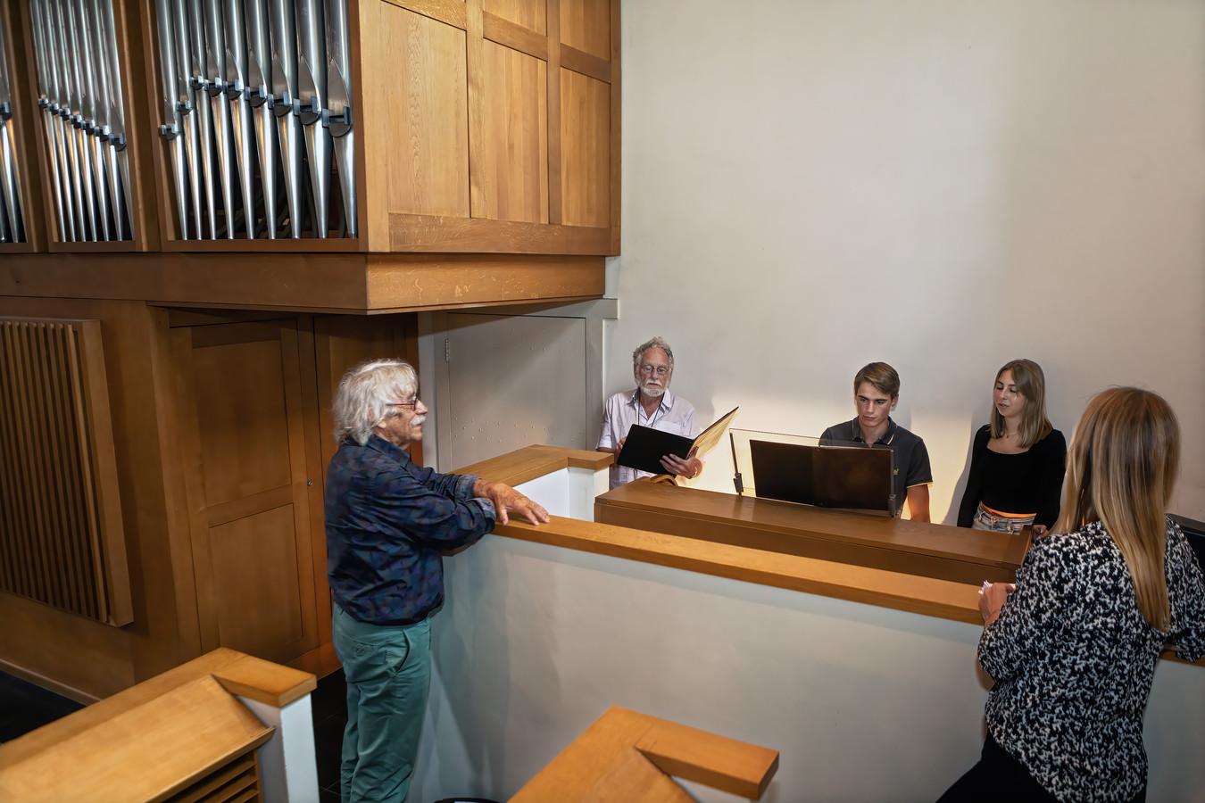 Scholieren van het Mgr Frenckencollege Timme (aan het orgel) en Emma repeteren samen met Rudi Oomen van Schola Cantorum in de kapel van Sint Catharinadal in Oosterhout voor een gregorap. Walther Halters (geheel links) kijkt goedkeurend toe.