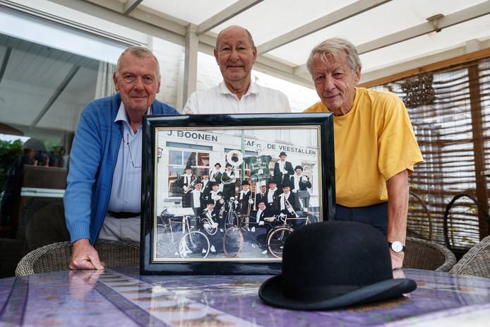 Voorzitter Carel Suijkerbuijk (midden) haalt met Hans Wijngaards en Wim Tomassen herinneringen op aan Wim van Nassau, erelid van het IQ Aarmoei-nieke en drager van de Gouden Bolhoed.