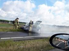 Auto in brand op N36 bij Wierden