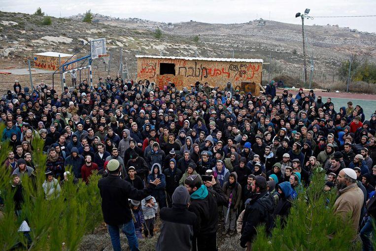 Inwoners van Amona beraadslagen donderdag over de op handen zijnde ontruiming. Beeld epa
