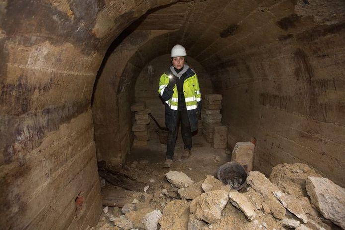 Archeologe Petra Driesen van Aron in een bunker waar mensen zich verborgen bij aanvallen van de Luftwaffe tijdens WOII.