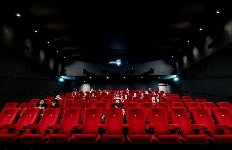 Bioscoopgangers in Amsterdam zitten op anderhalve meter van elkaar in de zaal.  Beeld ANP