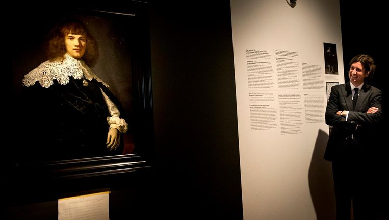 Ontdekker Jan Six naast de ontdekte Rembrandt. Beeld anp