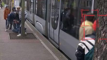 Tiener wordt aan tramhalte aangevallen door groepje jongeren: hoe reageren de omstanders?