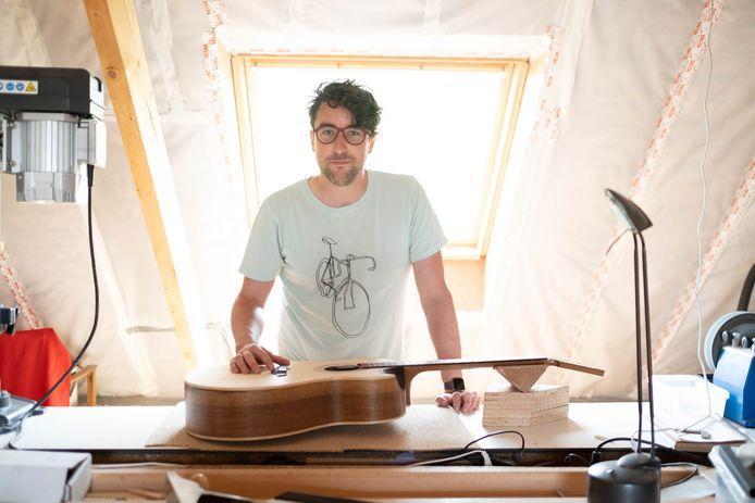 Gitarenbouwer Thomas Van Reeth uit Puurs-Sint-Amands.