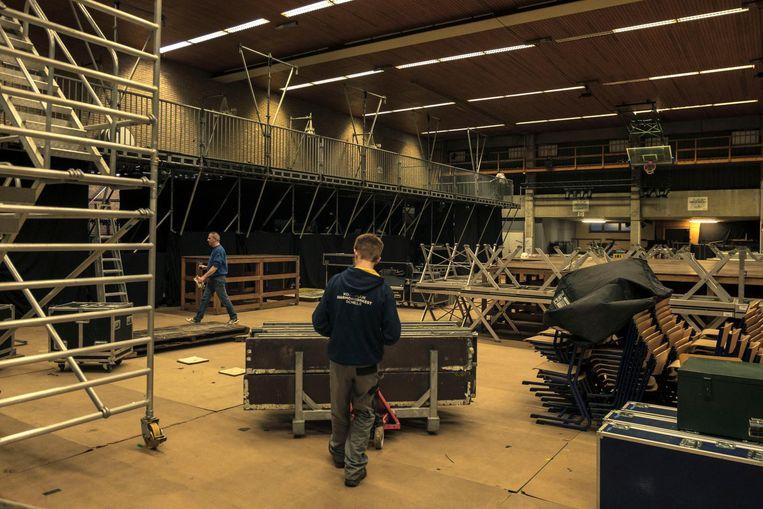 De opbouw voor het festival in de sporthal is volop bezig.