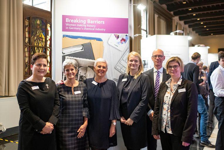 Bij Evonik is een kleine 10 procent van de werknemers een vrouw. Maria Van de Wiele (derde van links) werkt al 37 jaar voor het chemiebedrijf in Lillo.
