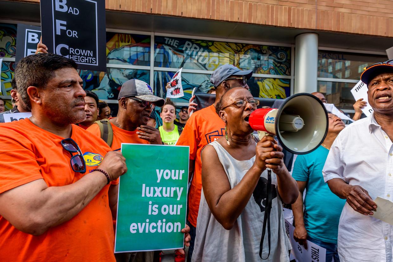 Bewoners van het wooncomplex Crown Heights demonstreren tegen de gentrificatie van Brooklyn.