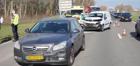 Drie auto's botsen op elkaar in Lent; file op N325