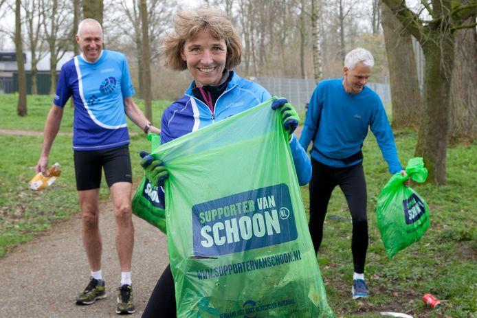 Initiatiefneemster Marian Seetz van de opruimactie in Woerden met Dik Stam (links) en Ronald Bottema (rechts).