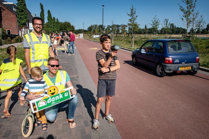 Kinderen helpen een handje bij 'snelheidscontroles' door buurtbewoners op De Grote Boel in Nijmegen-Oosterhout.