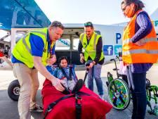 Minh Tan (11) vliegt met ambulancevliegtuig boven Enschede