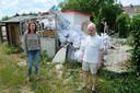 Vorig jaar trokken buurtbewoners Ioana Popovici en Jan Berckmans al aan de alarmbel omdat sluikstorters hun weg naar de tuinen van de leegstaande woningen in de Eugène Blaironstraat gevonden hadden.