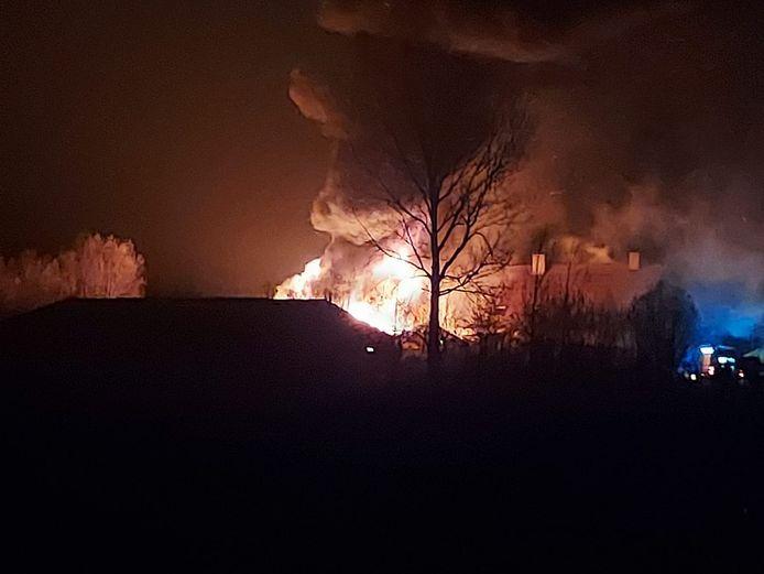 Bij aankomst van de brandweer stond de stal al in lichterlaaie.
