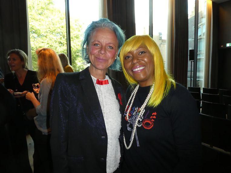 Trendforecaster Antoinette van den Berg (The lady in blu) en beautyexpert Amanda Rijff. Of komen er nog meer kleuren? Rijff: