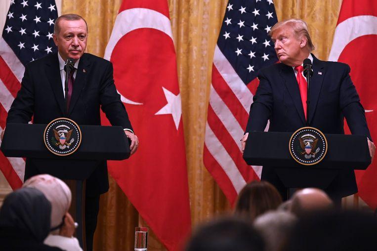 De Turkse president Erdogan (links) en de Amerikaanse president Trump (rechts). Beeld AFP