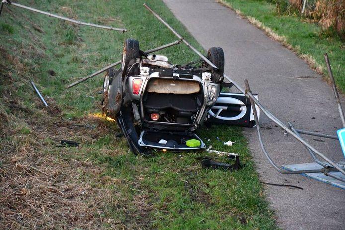 De auto kwam op zijn kop terecht.