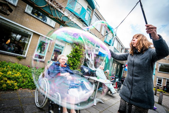 Bellen blazen met ouderen in Driebergen. (Foto Jeroen Jumelet)