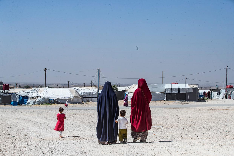 De Nederlandse vrouwen Amal el B. (links) en Crisolita V. in kamp Roj in Syrië. Het dragen van de kleur zwart, zoals vrouwen onderISdeden, is in het kamp verboden.  Beeld Delil Souleiman