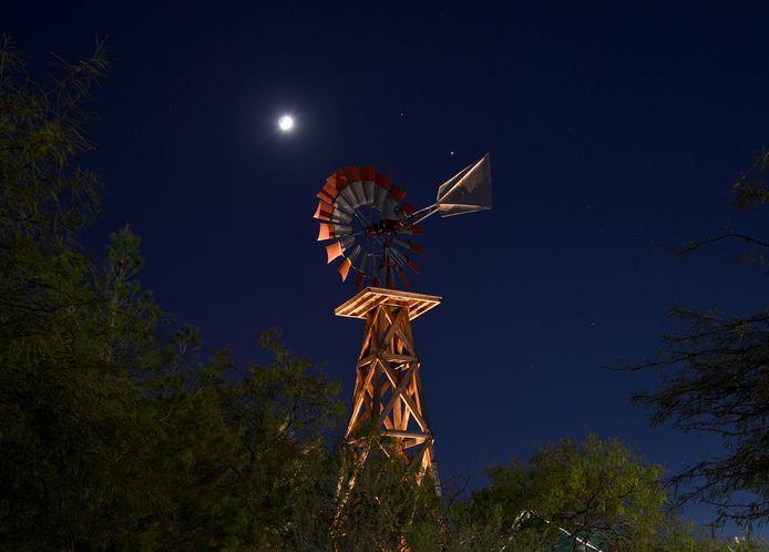 Saturnus, Jupiter en de wassende maand boven Las Vegas, Nevada.