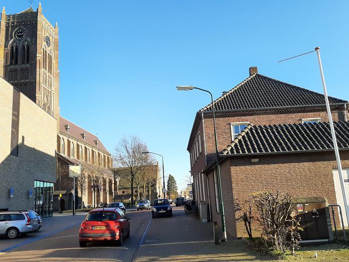 De oude Jan Linders (rechts). Links Myllesweerd en de kerk.