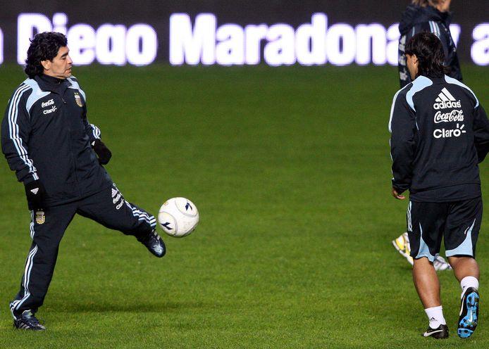 Voormalig stervoetballer Diego Maradona houdt een balletje hoog op latere leeftijd, foto ter illustratie.