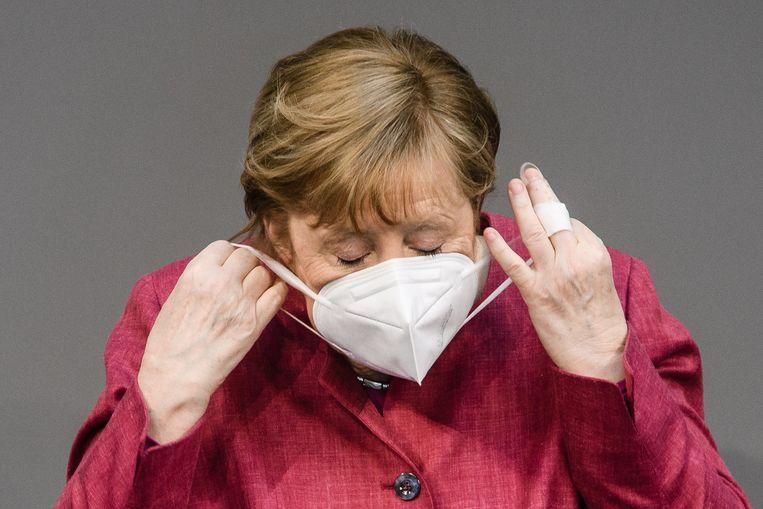 De Duitse bondskanselier Angela Merkel verdedigde vrijdag haar plannen voor een controversiële avondklok. Bij goedkeuring van het wetsvoorstel kan Berlijn de deelstaten met veel infecties dwingen tot de invoeringen van strenge coronamaatregelen. Beeld EPA