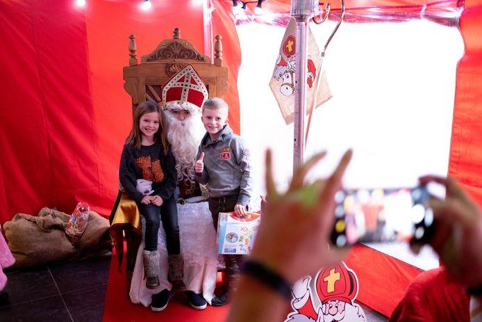 Sinterklaas deelde -met hulp van vzw De Vlinder- geschenkjes uit in De Poutrel.