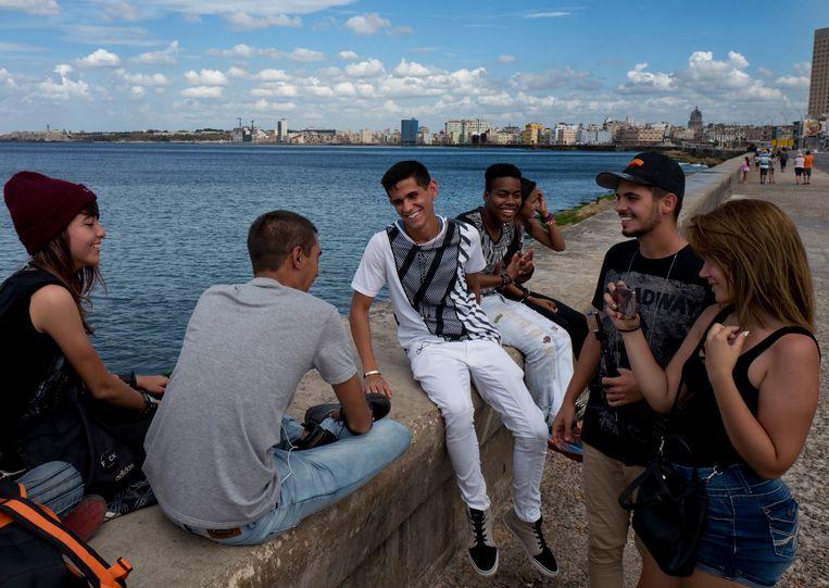 Vlogger Pedro Veitia (rechts) en zijn vriendin Annabel Vigo nemen een video op in Havana. Beeld Eliana Aponte