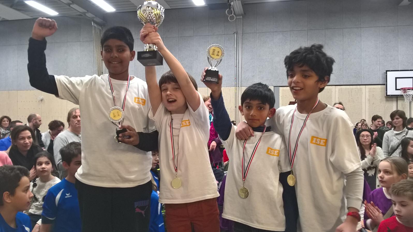 De winnaars van de districtskampioenschappen schaken.