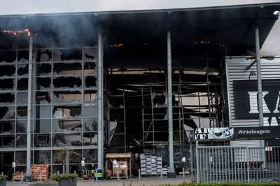 87a23b51bff De dag na de brand in de Karwei: daar komen de kijkers - Gelderland ...