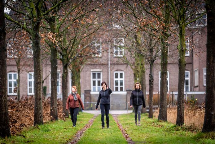 Moira Trilsbeek (midden) neemt mensen mee op mindfulnesswalks; ditmaal Natasja Migchels (links) Ilse van den Heuvel nabij het zustersklooster in Aarle-Rixtel.