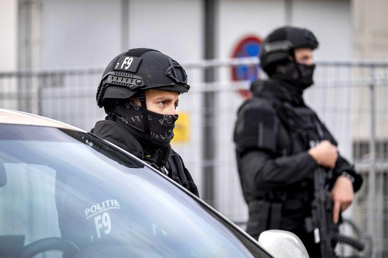 Beveiliging bij de extra beveiligde rechtbank in Amsterdam-Osdorp, voorafgaand aan de hervatting van het liquidatieproces Marengo. Beeld ANP