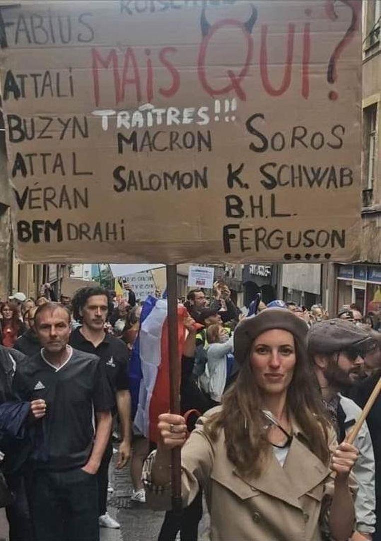 Het gewraakte protestbord van Cassandre Fristot op een foto die rondgaat op Twitter.  Beeld Twitter
