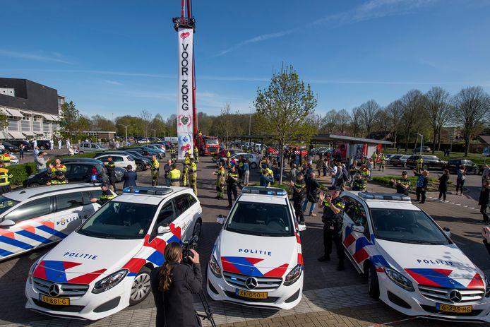 Tiel 10/04/2020 Hulpdiensten zoals politie en brandweer steken verzorgend personeel van ziekenhuis Rivierenland een hart onder de riem vanwege strijd tegen coronavirus iov Gelderlander foto Raphael Drent