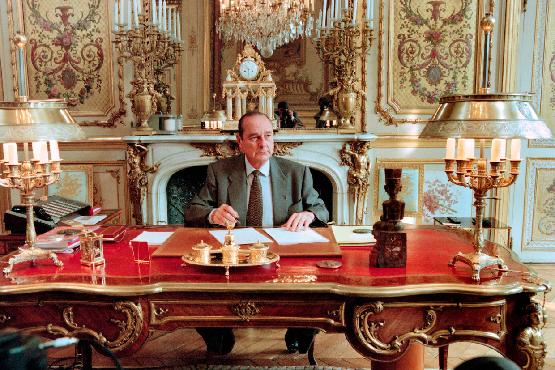 Jacques Chirac in 1996 in zijn werkkamer in het Elysée. Beeld AFP