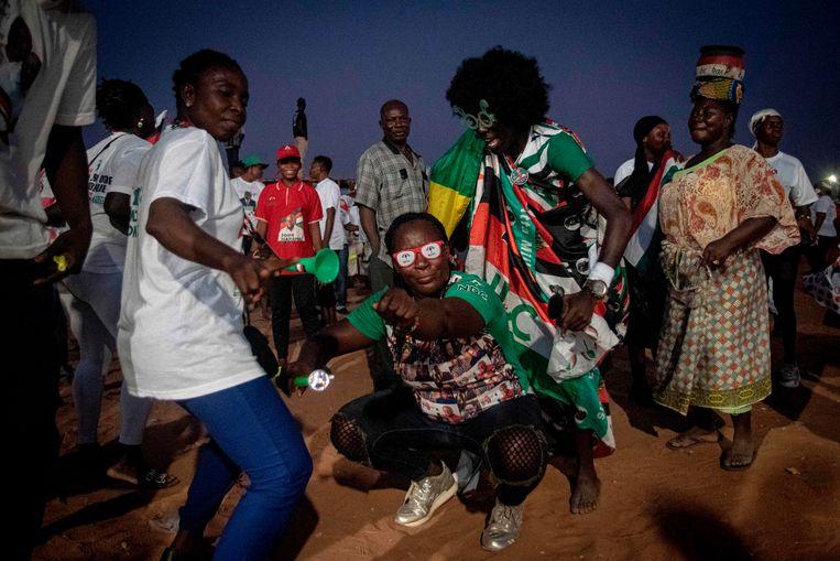 Supporters van John Mahama dansen op straat in Accra. Beeld AFP