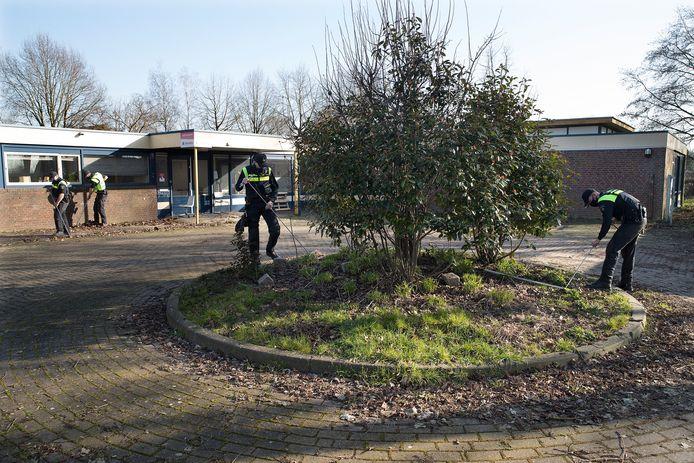 De politie zocht dinsdag in en rondom een groot leegstaand gebouw aan de Nachtegaalstraat in Didam.
