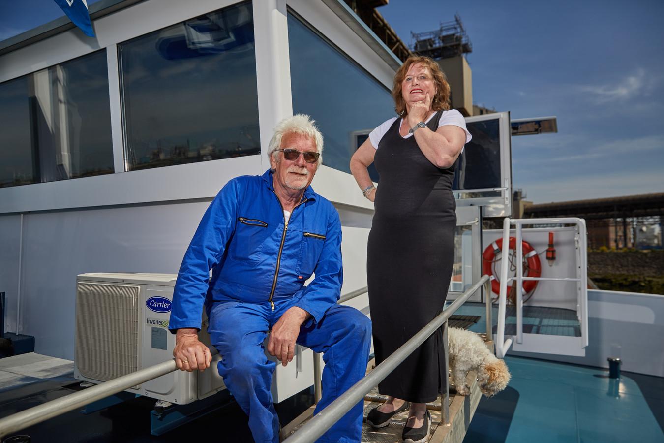 Teun en Wilma van den Berg uit Krimpen aan den IJssel en hun hond Boomer op de Wilhelmina 1 en 2. Het is een koppelverband, oftewel een binnenvaartschip (Wilhemina 1) met een duwbak (Wilhelmina 2). Die ligt nu aan de andere kant van de steiger. ,,Maar we binden ze zo met staalkabels aan elkaar.''