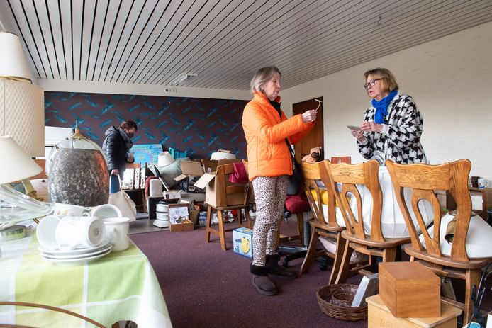 Vrijwilligsters Joke van Peer (R) en Ted Luck aan het werk in de kringloopwinkel van Stichting Kenia Project in Prinsenbeek.