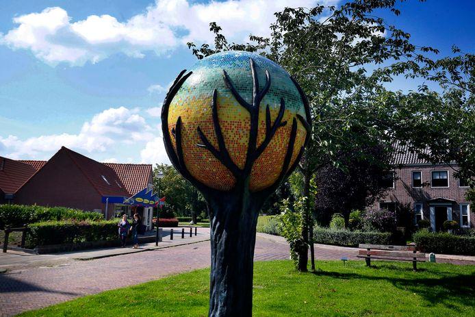 Het dorpsplein wordt gesierd door een kunstwerk, een aardbol.