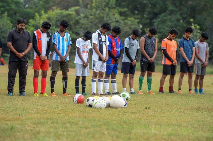 Voetballers brengen in India een laatste eerbetoon aan Diego Maradona.