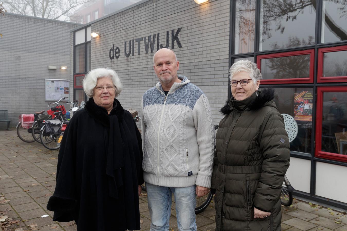 Wijkcentrum de Uitwijk in de Zuidwijken is in gevaar, stellen (vlnr) voorzitter Tonnie Looijenga, Ben Peters en Minie Wenneker.