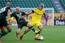 Wolfsburg's Xaver Schlager probeert Haaland af te stoppen.
