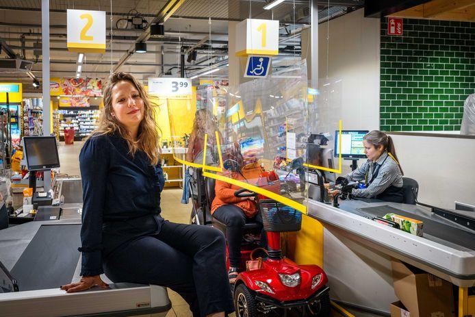 Even terug achter de kassa in Lelystad. Als kassameisje droomde Eva Coolen er van een beter bestaan.