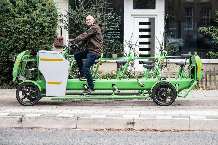 Matthijs de Gruijter op een van de Struin-fietsen.